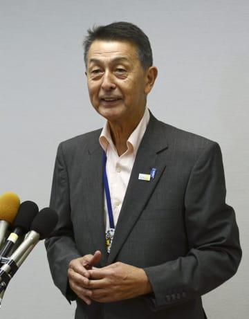 記者の取材に応じる新潟市の篠田昭市長=24日午後、新潟市役所