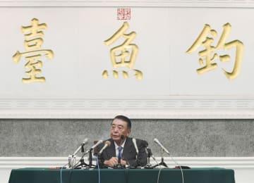 24日、北京の釣魚台迎賓館で記者会見する大島理森衆院議長(共同)
