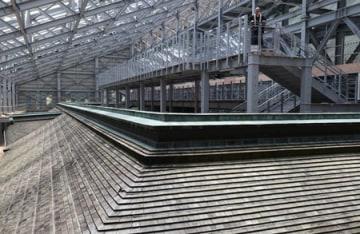根本中堂廻廊の内側に設けられ、屋根を見下ろせる修学ステージ(大津市坂本本町・延暦寺)