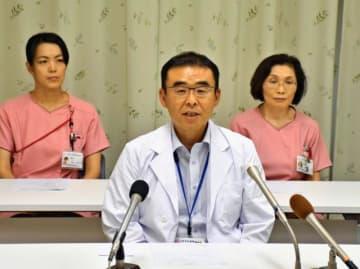 分娩受け入れ再開に向けた意欲を語る吉永医師=24日午後、小林市立病院
