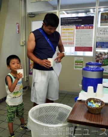 渋川市役所本庁舎の給水所を利用する親子