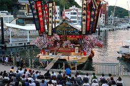 夕闇の港で勇壮に演じられる「真浦の獅子舞」=姫路市家島町真浦