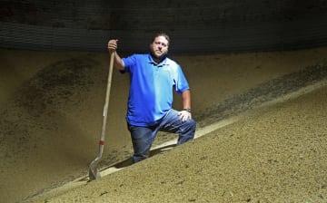 昨季に収穫した大豆の中に立つ米農家=18日、ミネソタ州(AP=共同)