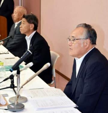 記者会見する椋田社長(右)、加栗社長(中)、脇本社長