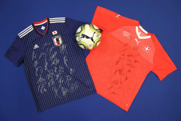 両国の選手がサインしたユニホームとボールはベルンにある日本大使館隣の広報文化センターに展示されている(C)在スイス日本大使館