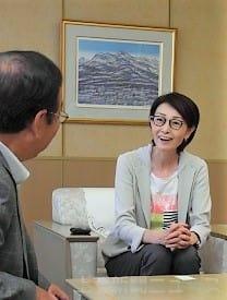 富岡市長(左)とバスケットボールの面白さを語る三屋会長