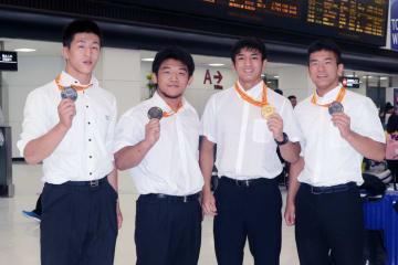 メダル獲得選手。左から内田貴斗、梅林太朗、谷山拓磨、志賀晃次郎(銀メダルの大津拓馬は甲府までのバスの時間の関係で不在)
