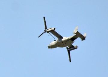 大田原市上空を飛行するオスプレイとみられる機体=24日午後3時20分、大田原市城山1丁目