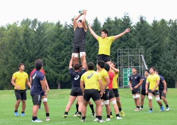 昨年8月、「網走スポーツ・トレーニングフィールド」で合宿する慶応大ラグビー部=北海道網走市