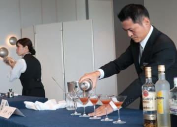 コンペティションで最優秀賞に輝いた立井さん(右)=佐世保市、ホテルオークラJRハウステンボス