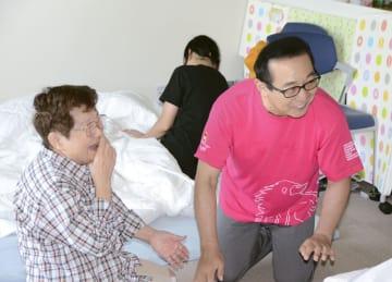 避難所を訪れたさだまさしさん(右)=25日午前、愛媛県大洲市