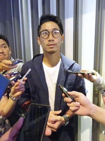 渡欧前に取材に応じるサッカー日本代表の香川=25日午前、成田空港