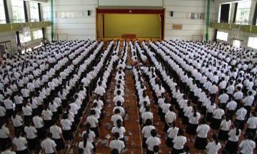 全校集会で被害生徒に黙とうをささげる生徒ら=佐世保市内