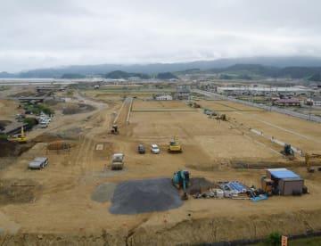 交通インフラの整備が進む陸前高田市のかさ上げ地。館の沖橋(左奥)などの建設が進む