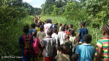 赤道州イボコでエボラ感染疑い患者のもとに向かうMSFのスタッフと村の子どもたち(2018年5月6日撮影)