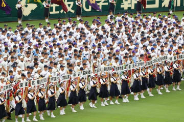 第99回全国高校野球選手権大会の開会式で、一斉行進する各校選手ら=2017年8月8日、甲子園球場