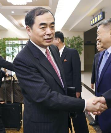 平壌国際空港に到着した中国の孔鉉佑外務次官=25日(共同)