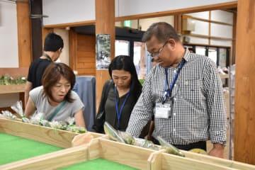 綾町の直売所「綾手づくりほんものセンター」を見学するブータンの省庁職員ら