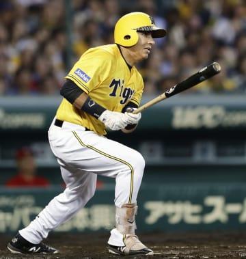 3回阪神2死満塁、ナバーロが右前に2点打を放つ=甲子園