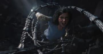 サイボーグに立ち向かうアリータ! -写真は映画『アリータ:バトル・エンジェル』 - (C) 2018 Twentieth Century Fox Film Corporation