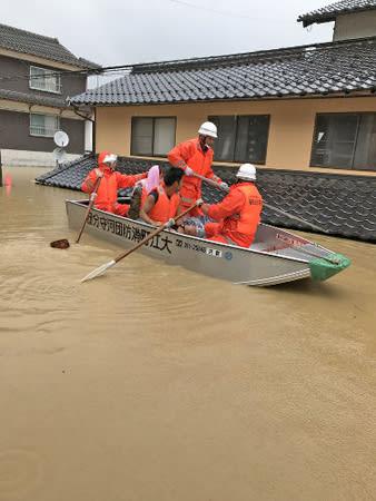浸水した家屋の2階からボートで救助される住民(7月7日午前10時35分、福知山市大江町河守)=読者提供