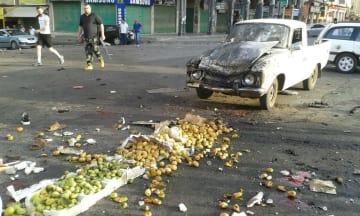 25日、シリア南部スワイダ県で、自爆テロで破壊されたとみられる車(国営シリア・アラブ通信提供、ロイター=共同)