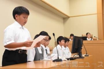 模擬裁判で意見を述べる生徒