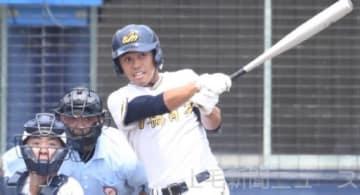 健大高崎―前橋育英 9回裏育英1死一塁、梅沢が左翼線に二塁打を放ち