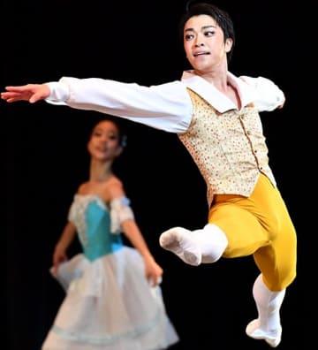 地元の舞台で華麗な踊りを披露した大川さん=25日夜、青森市のリンクステーションホール青森