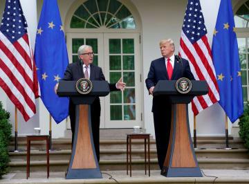記者会見するトランプ米大統領(右)と欧州連合(EU)のユンケル欧州委員長=25日、ワシントン(ロイター=共同)