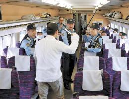 訓練で刃物を持つ男性(手前)を制圧しようとする警察官ら