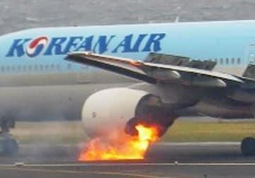 左エンジンから出火する大韓航空機=2016年5月27日、羽田空港(運輸安全委員会提供)