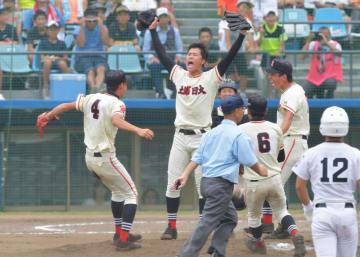 常総学院-土浦日大 2連覇を果たし、マウンドで喜びを爆発させる土浦日大の選手たち=ノーブルホーム水戸、鹿嶋栄寿撮影