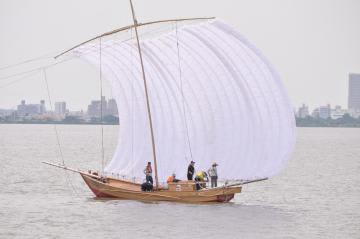 帆を広げて湖上に浮かぶ帆引き船=霞ケ浦