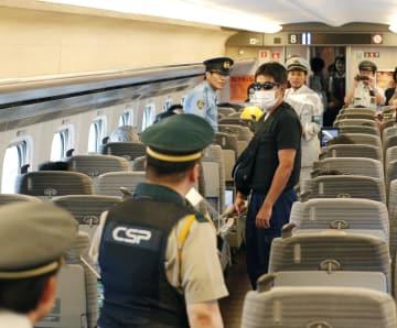 新幹線の車両内で行われた刃物を持った不審者への対応訓練=26日午前、東京都北区