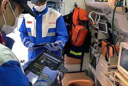 病院前脳卒中病型判別システムを使用する救急隊員(兵庫医大提供)