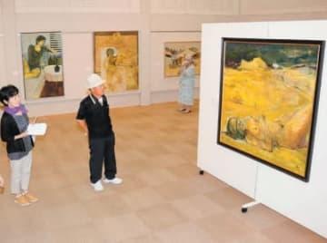 小川善規さんの画業60年を振り返る作品が並ぶ会場=26日午前、豊後大野市朝地町の朝倉文夫記念文化ホール
