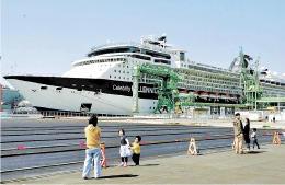 昨年4月、仙台港に着岸した大型客船。JR東の特別列車の乗り入れで、乗客の2次交通の利便性が高まる