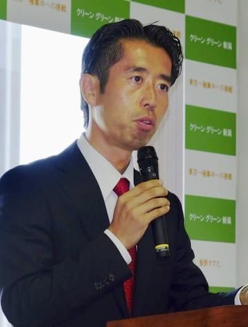 記者会見で新潟市長選への出馬を表明する元経産省職員の飯野晋氏=26日午後、新潟市