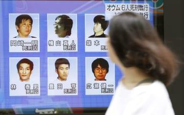 林泰男死刑囚ら6人の刑執行を報じる街頭テレビ=26日午前、東京・有楽町
