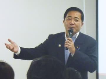 講演会であいさつする長島昭久衆院議員=26日午後、東京都内