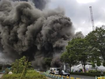 火災で激しく黒煙が上がる建設現場=26日午後1時55分ごろ、東京都多摩市唐木田1丁目(通行人提供)