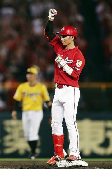 1回、2点二塁打を放ちガッツポーズする広島・西川=甲子園