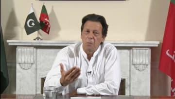 26日、パキスタン下院選で第1党を確実にし、テレビ演説する野党第2党パキスタン正義運動(PTI)のカーン党首(PTI提供のビデオ画像・ロイター=共同)