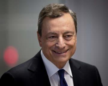 26日、ドイツ・フランクフルトで欧州中央銀行(ECB)の理事会を開いたドラギ総裁(AP=共同)