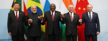 26日に開幕した新興5カ国(BRICS)首脳会議で記念撮影する各国首脳=南アフリカ・ヨハネスブルク(ロイター=共同)