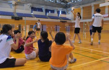 筑波大バドミントン部の選手たちのデモンストレーションに拍手を送る子どもたち=常総市鴻野山