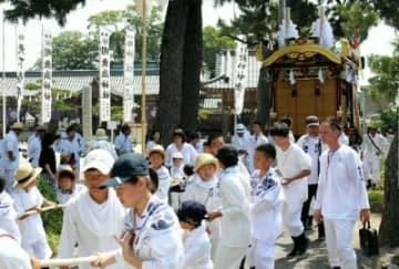 猛暑の中、威勢よく祇園車を引いて闇無浜神社を出発する龍王町=26日、中津市