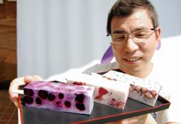 和菓子職人が手作りする3種類の「くずもちアイスバー」=藤屋