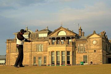 ゴルフの全英シニアオープン選手権、第1ラウンド首位に立ったタワン・ウィラチャン=26日、英セントアンドルーズ(ゲッティ=共同)